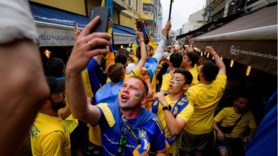 Fans aus der Ukraine beim Feiern in Bukarest