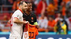 Wijnaldum überreicht Pandev ein Oranje-Shirt mit der Nr. 122