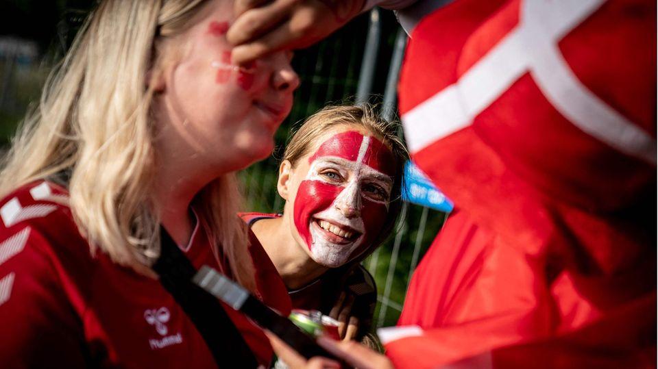 Dänische Fans lassen sich vor dem EM-Spiel gegen Russland schminken