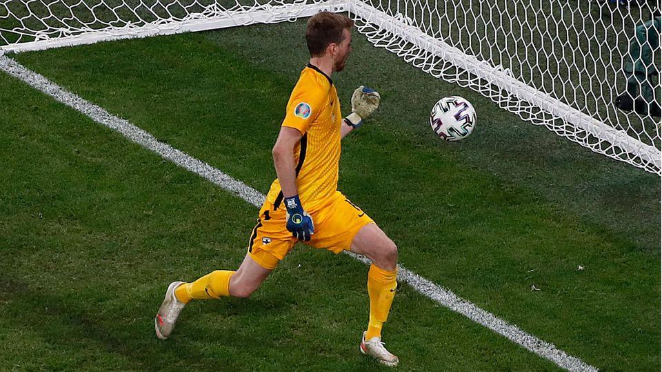 Lukas Hradecky springt der Ball an die Hand