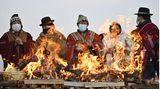 Tiwanaku, Bolivien. Angehörige des Aymara-Volkesnehmen amNeujahrsfest teil. Die Indigenen aus dem südamerikanischen Andenhochlandfeiern das Fest immer zur Wintersonnenwende. Nach ihrer Zeitrechnung hat jetzt das Jahr 5529 begonnen.