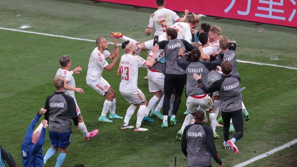 Die dänischen Spieler bejubeln das Tor von Andreas Christensen zum 3:1