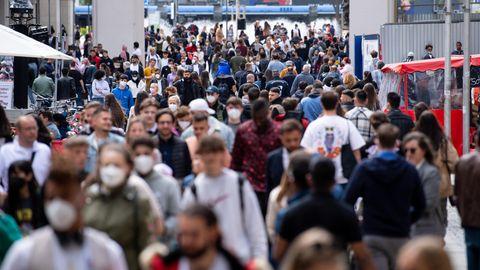Delta Corona Herdenimmunität: Zahlreiche Menschen spazieren durch die Fußgängerzone in der Innenstadt