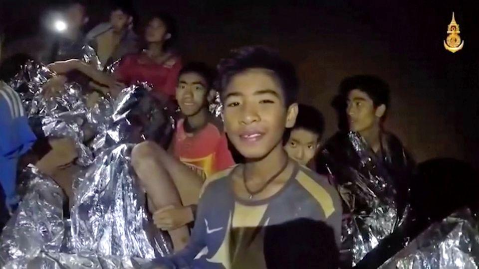 Ein Videostandbild der Royal Thai Navy Seals zeigt die in der Höhle eingeschlossenen Jugendlichen der Fußballmannschaft