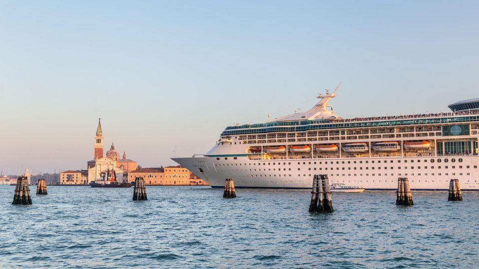 Ein Kreuzfahrtschiff fährt durch die Lagune von Venedig