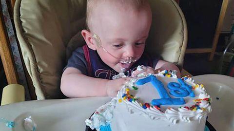 Frühchen Robert Hutchinson überlebt und feiert seinen ersten Geburtstag, obwohl er 131 Tage zu früh zur Welt kam.