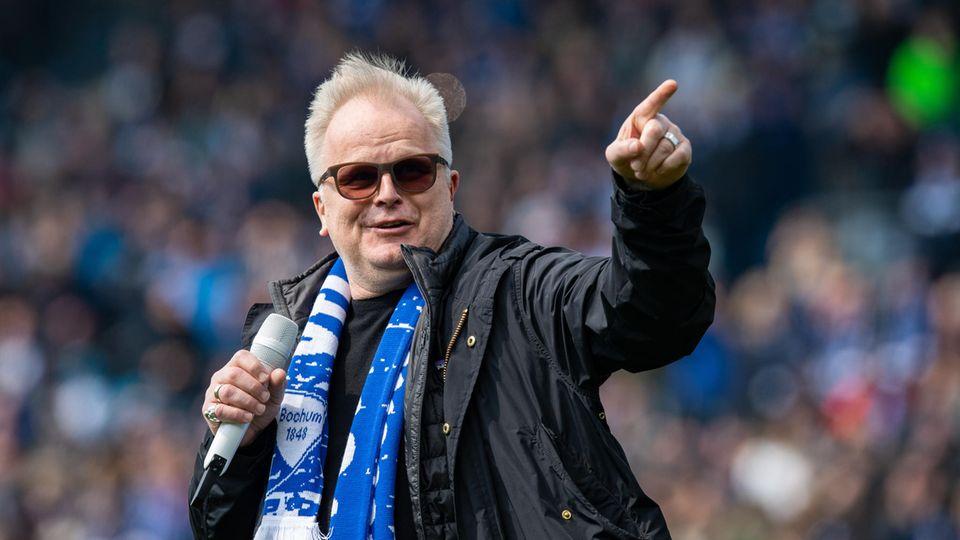 Herbert Grönemeyer singt und trägt einen Schal des Fußballvereins VfL Bochum