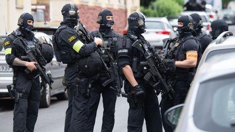 Schwer bewaffnete Polizisten sichern eine Straße in Frankfurt