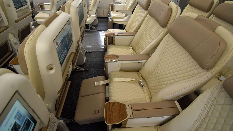Die Sitze in der Premium sind im Vergleich zur regulären Economy in derBreite von 18 Zoll auf19,5 Economy (48 Zentimeter) verbreitert worden und verfügen über eine gepolsterte Beinauflage.