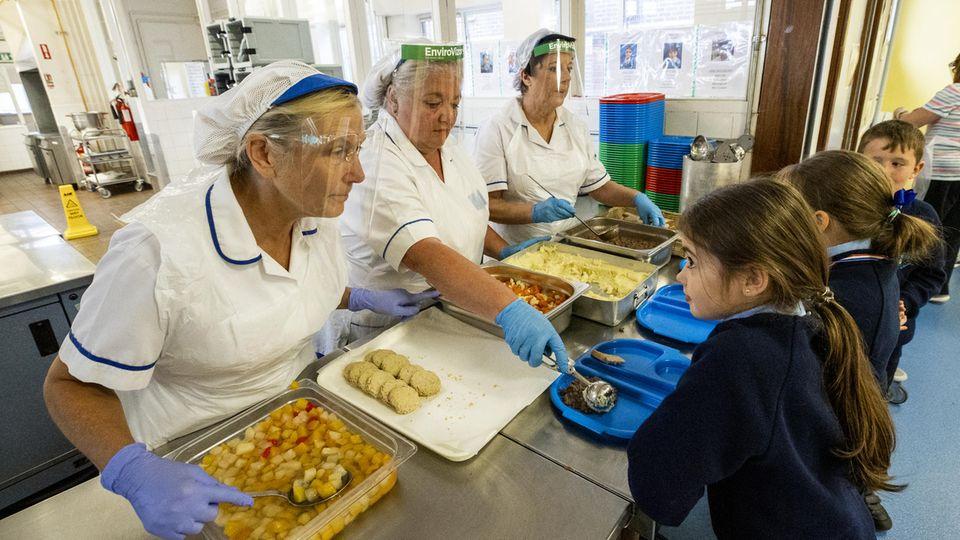 Die Essensausgabe an einer Grundschule in Belfast, Großbritannien