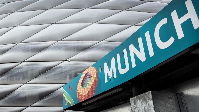 Die Allianz-Arena  leuchtetinden Regenbogenfarben