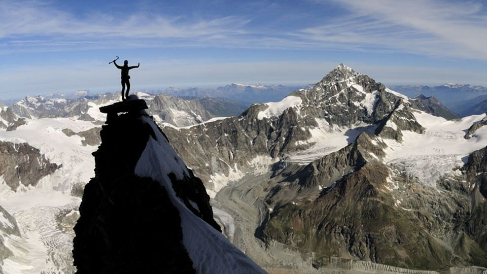 Kletterin auf Felszacken