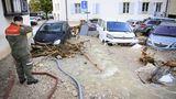 """Cressier, Schweiz: """"Ach, du dickes Ei!"""", denkt sich vermutlich der Feuerwehrmann angesichts der Wassermengen, die plötzlich durch sein Dorf brausen. ImKanton Neuenburg hatten am Dienstagabendheftige Gewitterfür Überschwemmungen gesorgt. Vermisste oder Verletzte gibt es laut der örtlichen Polizei bislang jedoch nicht."""