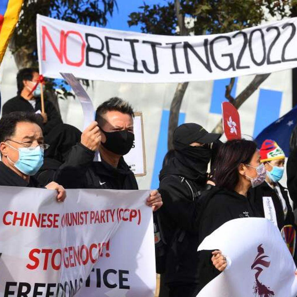 """Melbourne, Australien: """"Nein zu Peking 2022"""" und """"Boykottiert Olympia"""" steht auf den Schildern von einer Gruppe Demonstrierender. Die Aktivisten, darunter Mitglieder der lokalen Hongkonger, Tibeter und Uiguren-Gemeinden,werfen China Menschenrechtsverbrechen vor und fordern die australische Regierung auf, die Olympischen Winterspiele 2022 in Pekingzu boykottieren."""