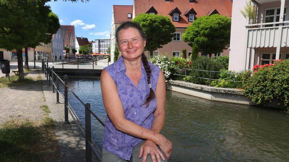 Christiane Renz, Klägerin im Fischertagsprozess, sitzt am Stadtbach
