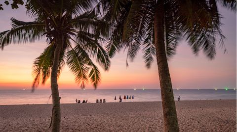 Surin Beach auf Phuket:Thailand hatte 2020 ursprünglich mit 40 Millionen Touristen gerechnet, schließlich kamen wegen Corona nur 6,7 Millionen.