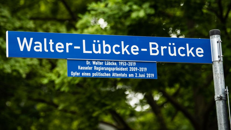 "das neue Hinweisschild ""Walter-Lübcke-Brücke"" in Kassel"