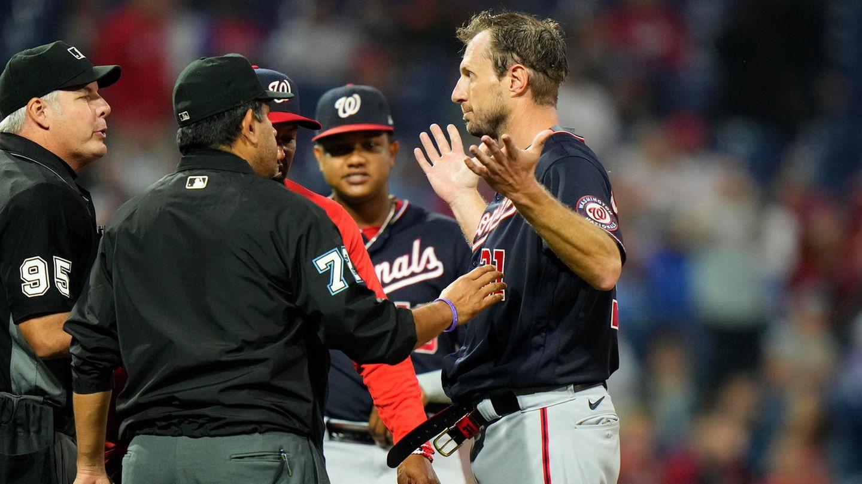 Max Scherzer, Baseballsuperstar derWashington Nationals, bei einer Kontrolle durch die Schiedsrichter