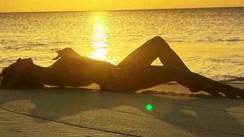 Heidi Klum liegt am Strand