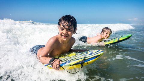 Bodyboards gibt es in verschiedenen Größen, Kinder nutzen kleinere Boards mit praktischen Haltegriffen