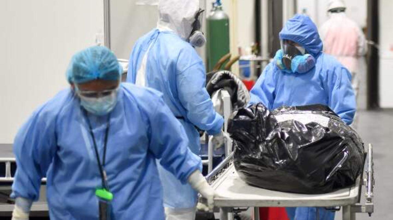 Corona-Leiche wird durch Krankenhaus gerollt