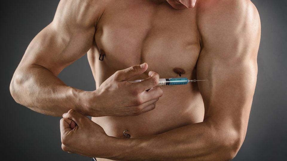 Ein Mann spritzt ein Medikament in seinen Oberarm