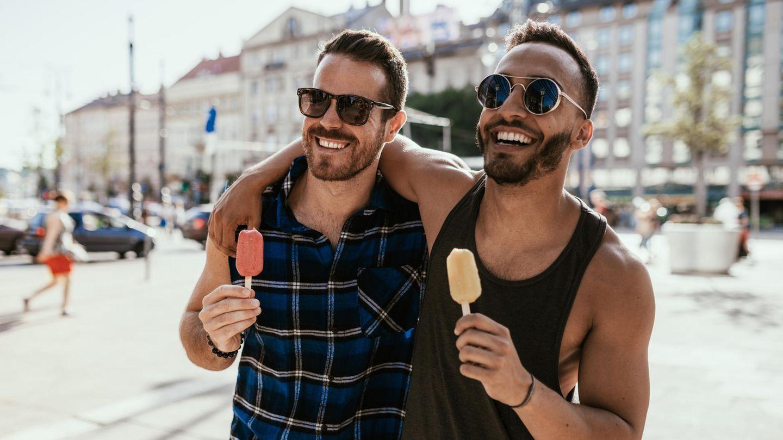 Sonnenbrillen für Männer: Pärchen mit Sonnenbrillen isst gemeinsam Eis