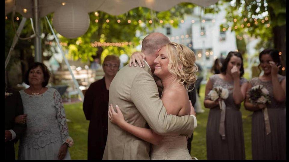 Bewegende Hochzeit: An Alzheimer erkrankter Mann macht seiner Frau erneut einen Antrag