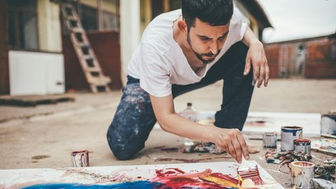 Ein Mann malt