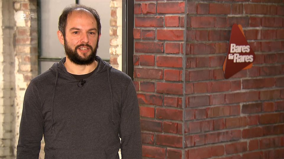 Alex Hensch steht im Studio von Bares für Rares in Pulheim und schaut in die Kamera