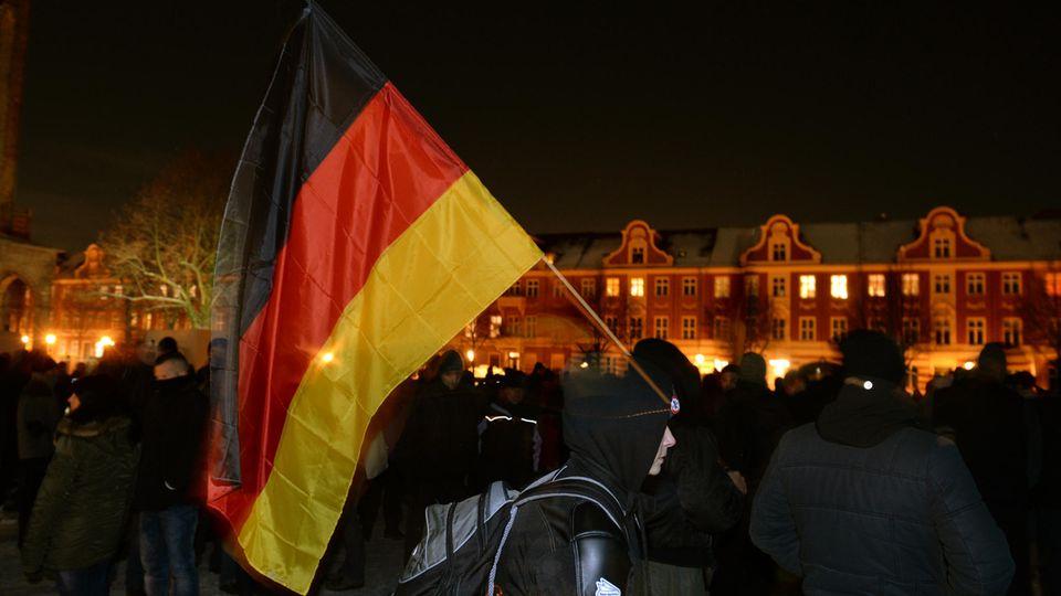Ein Demonstrant mit Deutschlandfahne