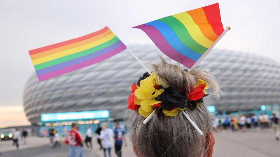 Vor der Münchner Allianz Arena zeigten sich trotz des Uefa-Verbots viele Fans mit Regenbogen-Flaggen