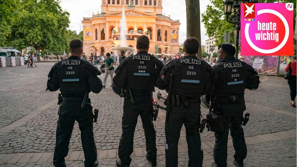 Polizisten stehen am Abend auf dem Frankfurter Opernplatz