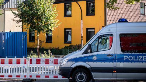 Polizeiwagen vor Haus