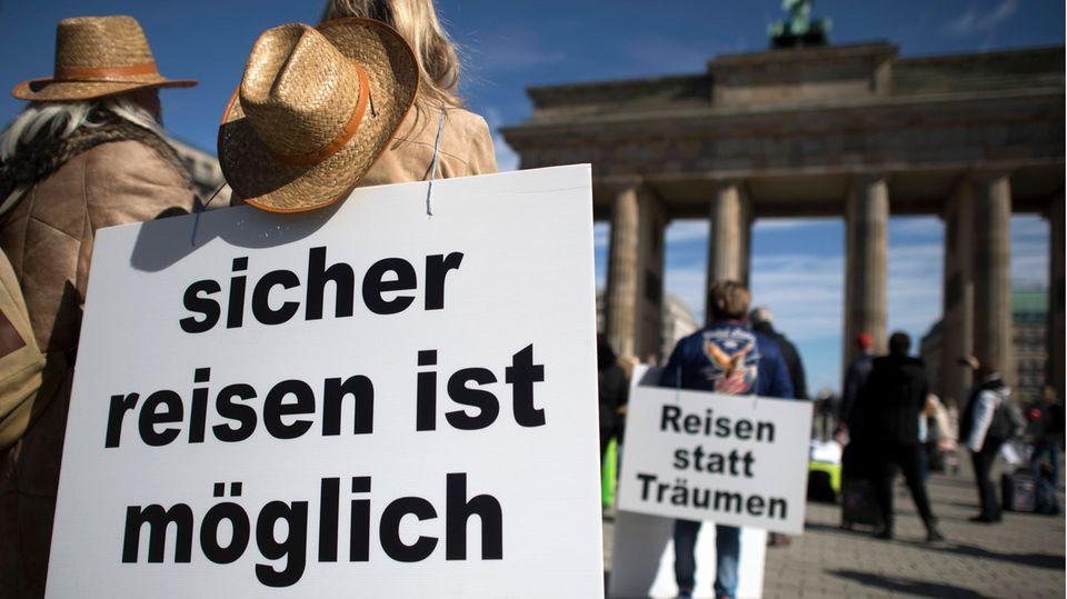 """Ende März vor dem Brandenburger Tor in Berlin: Demonstration unter dem Motto """"Unsere Koffer müssen wieder rollen - Rettet die Reisebüros""""."""