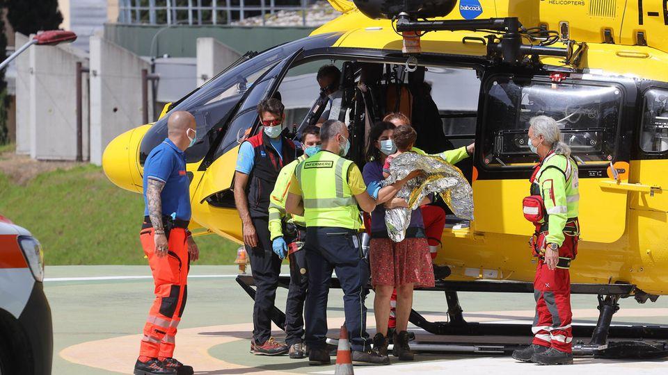 Der verschwundene Nicola Tanturli wird von Rettungskräften aus einem Hubschrauber getragen