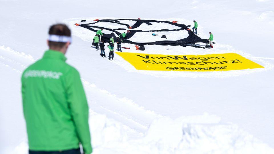VW stellt Strafantrag nach Greenpeace-Aktion in Emden.