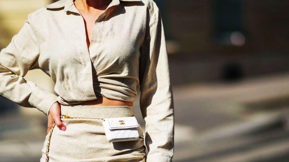 Frau trägt ein Outfit aus Leinen