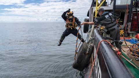 Rein ins Reich der Austern: Nachdem Kalksteine für das neue Riff in der Nordsee versenkt worden sind, markieren Taucher es unter Wasser mit Tampen. Später werden sie die Saataustern ausbringen