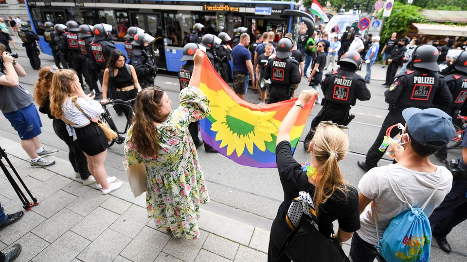 Aktivisten mit Regenbogenfahne in München