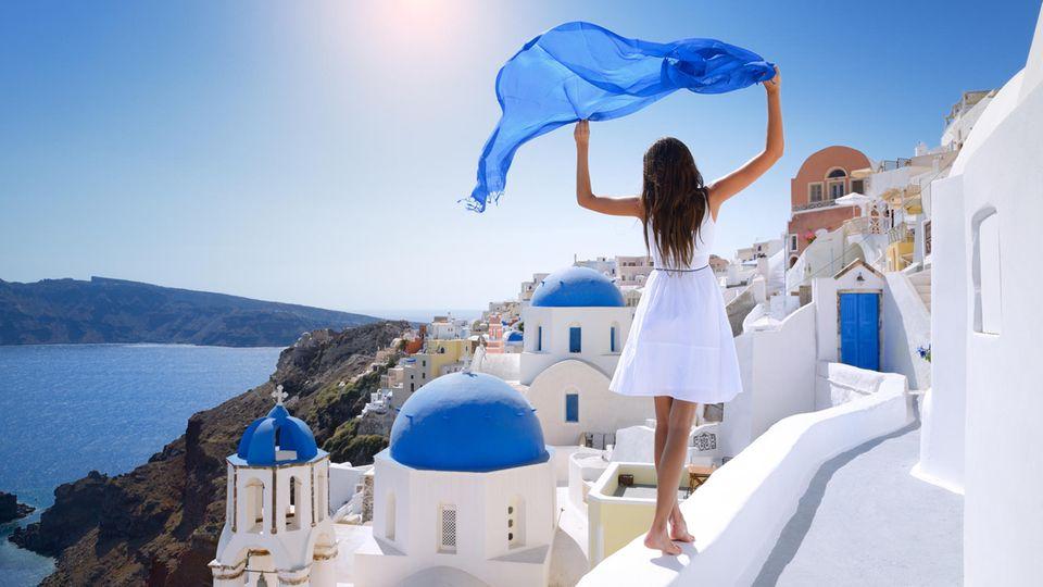 Urlauberin auf Santorin in Griechenland