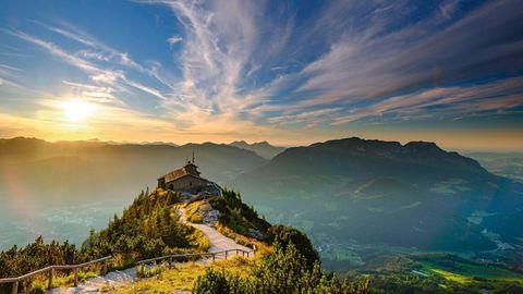 Hoch hinauf: Weg zum Kehlsteinhaus, dahinter der Untersberg, das nördlichste Massiv der Berchtesgadener Alpen