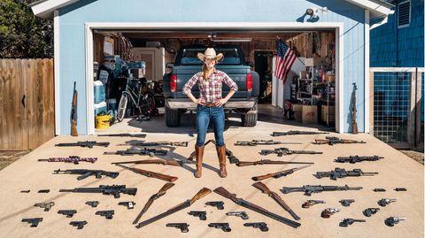 """Katie, Texas  Katie ist geflüchtet. Aus Kalifornien. Es sei ihr dort zu viel geworden, sagt sie. Zu viel der Gesetze und Regeln. Anders gesagt: In Kalifornien lebten Katie zu viele Anhänger der Demokratischen Partei von US-Präsident Joe Biden. """"Unmöglich"""", sagt sie, """"sich da noch wohlzufühlen."""" Katie und ihr Mann zogen nach Texas. Katie betrachtet den Bundesstaat als Heimat der Patrioten. Viele hier sind Anhänger der Republikanischen Partei von Ex-Präsident Trump. Es sind Leute, die ihre Freiheit lieben. Zum Beispiel die Freiheit, eine Waffe zu kaufen. Oder viele. Katie schießt, seit sie zehn ist. Inzwischen ist sie Mitglied der """"Ladies Shooting League"""" und hat aus ihrem Weltbild ein Geschäftsmodell geschaffen: den """"Good Patriot""""-Shop. Dort verkauft sie T-Shirts und Sticker mit patriotischen Botschaften. Mit Zitaten aus der Verfassung oder solchen, die es nicht ganz in die Verfassung geschafft haben: """"Live Free, stay Armed"""" – lebt frei, bleibt bewaffnet."""