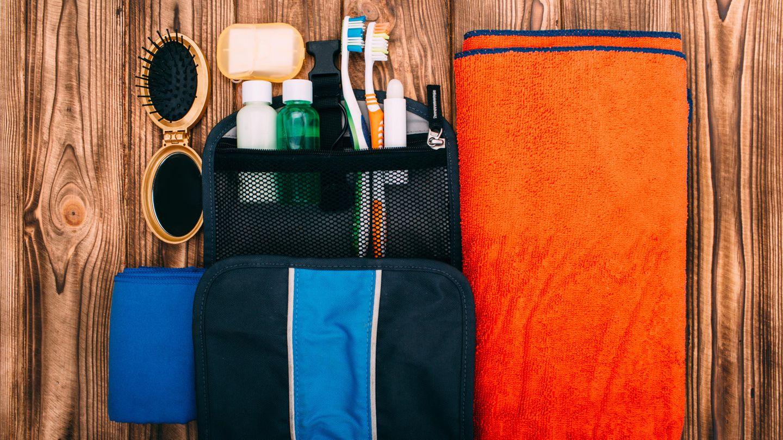Eine klappbare Reisezahnbürste ist unterwegs praktisch
