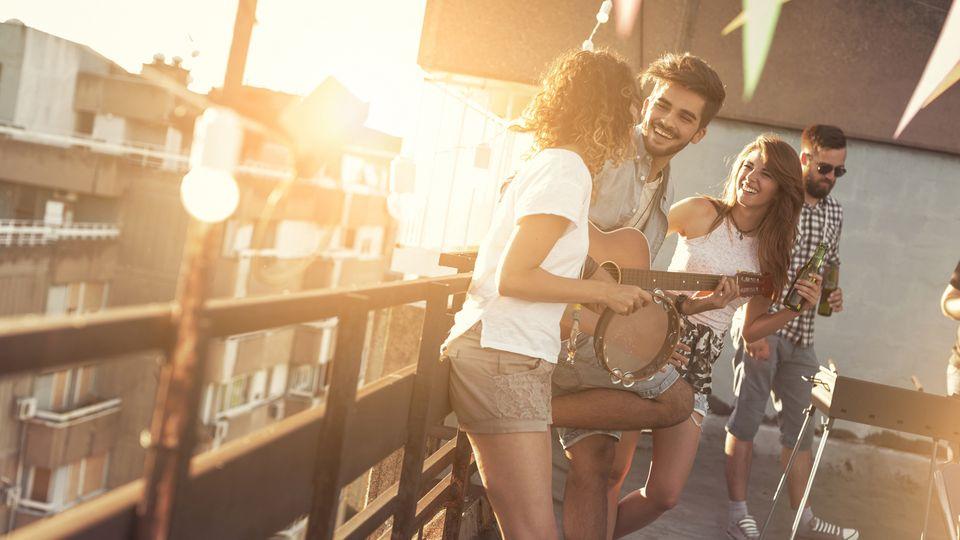 Mietrecht: Grillen, Party, Sonnenbaden – was ist auf dem Balkon erlaubt?