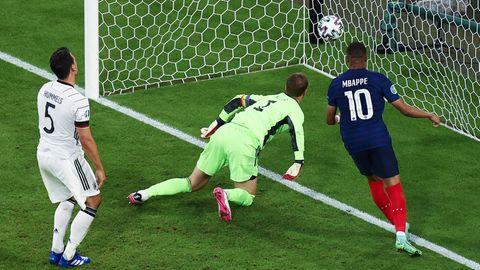 """Eines von acht Eigentoren in der EM-Vorrunde: Mats Hummels """"überwindet"""" im Spiel gegen Frankreich Manuel Neuer"""