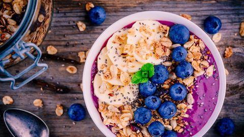 Eine Smoothie Bowl ist nicht nur erfrischend und lecker, sie versorgt den Körper zudem mit zahlreichen Nährstoffen. Somit starten Sie voller Energie in den Tag.