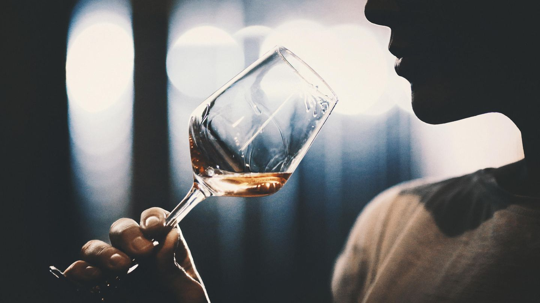 Eine Frau hält ein Glas Wein in der Hand
