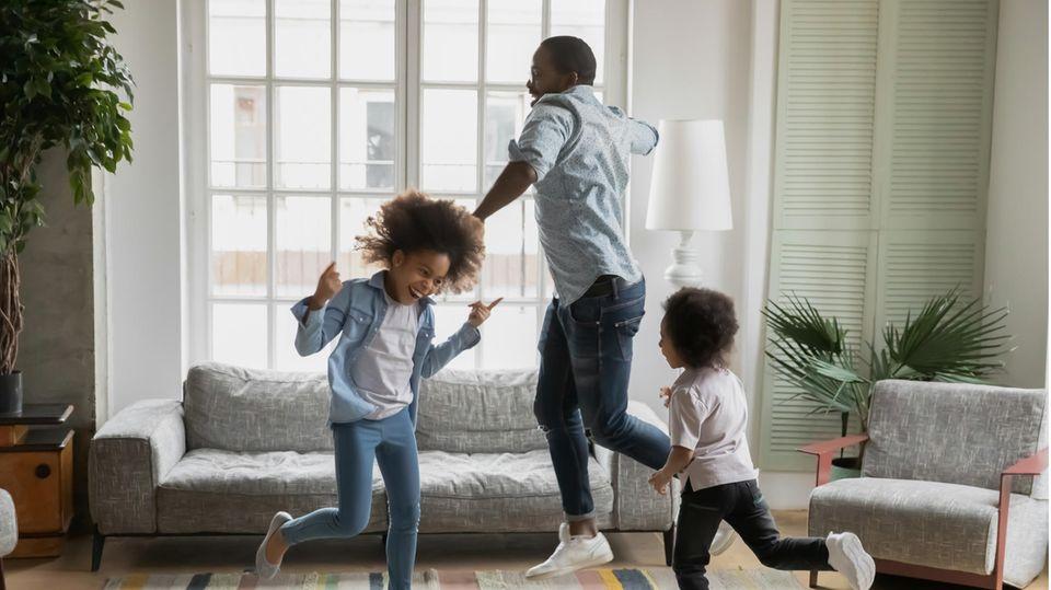 Vater tanzt mit seinen Kindern