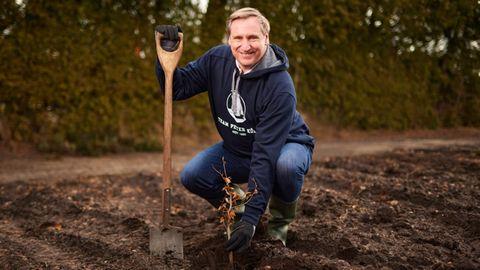Christian von Boetticher, Chef des Haferflockenherstellers Peter Kölln, beim Bäumepflanzen